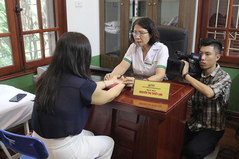 Phóng viên tác nghiệp thực hiện phóng sự VTC2 giới thiệu bài thuốc chữa trĩ của Thuốc dân tộc