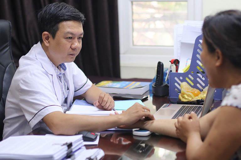 Lương y Đỗ Minh Tuấn bắt mạch, chẩn đoán tình trạng bệnh thoát vị đĩa đệm