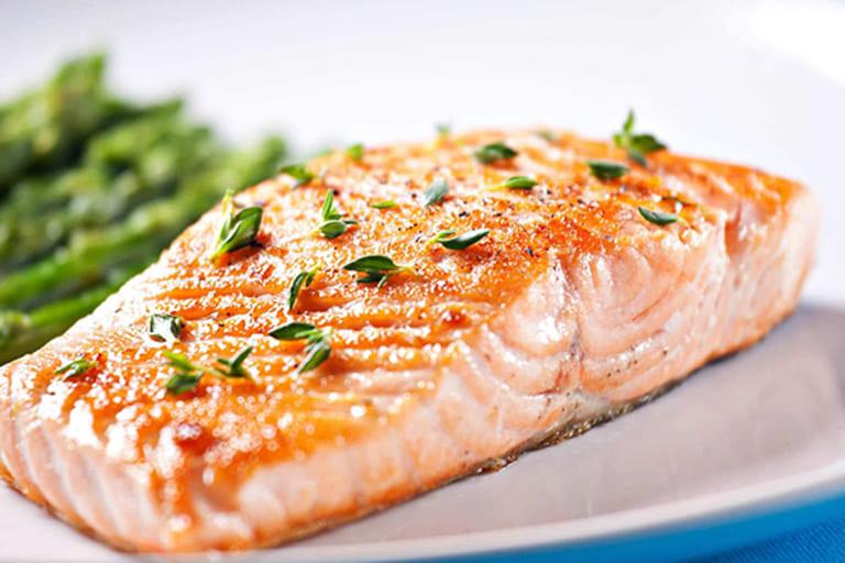 Bên cạnh chế độ dinh dưỡng đầy đủ, bạn nên bổ sung hoặc ưu tiên cá béo trong khẩu phần ăn hằng ngày để hỗ trợ hoạt động của sụn.