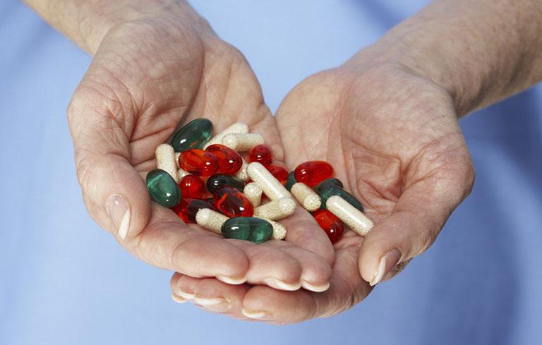 Điều trị bằng thuốc kháng sinh cần lưu ý dùng đúng loại tương ứng với từng dạng khuẩn gây áp xe phổi