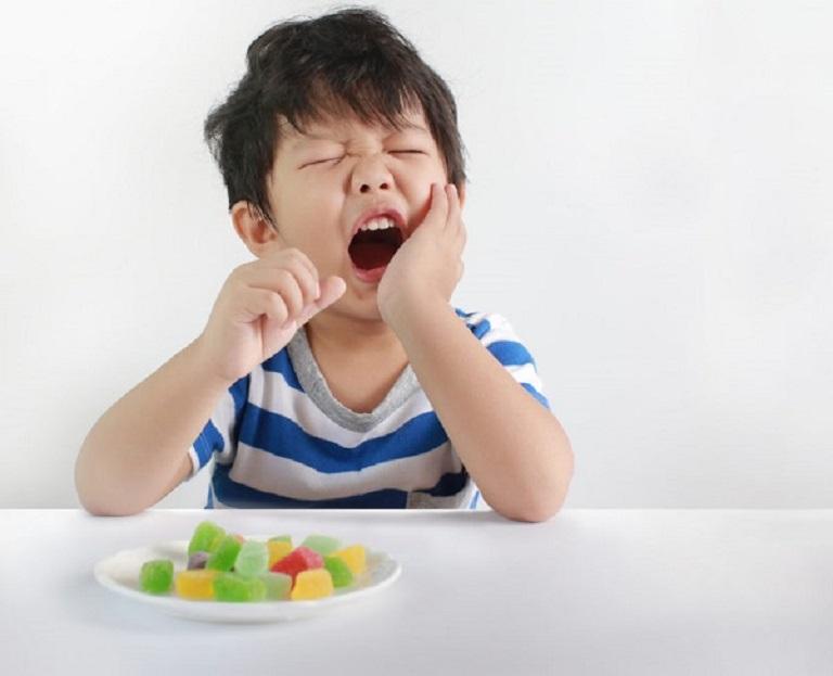 Áp-xe răng gây ra đau đớn cho trẻ khi ăn