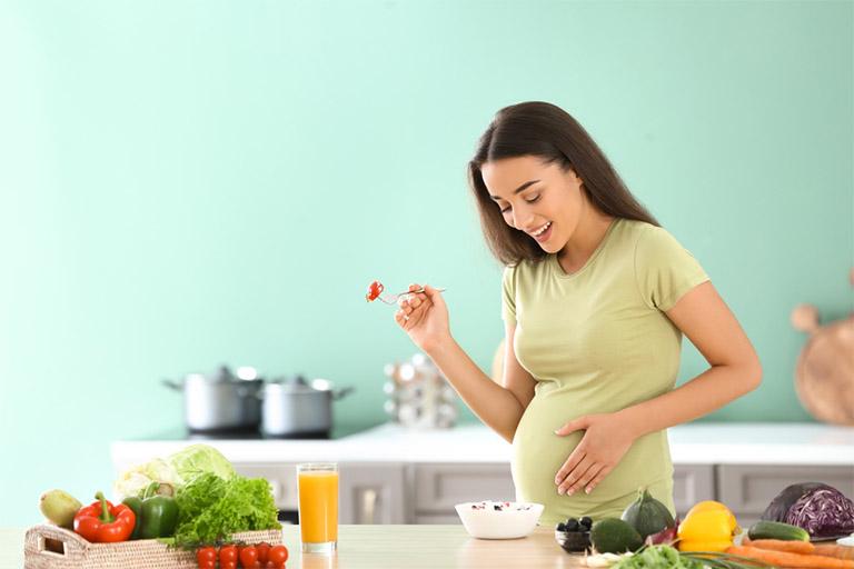 Bà bầu nên chú trọng nhiều hơn đến chế độ ăn uống, đặc biệt là bổ sung cho cơ thể những dưỡng chất cần thiết