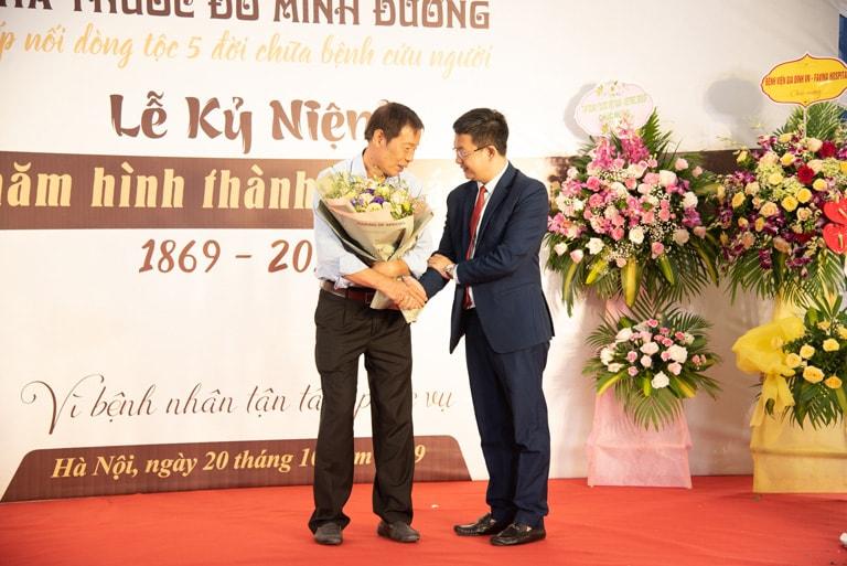 Ông Nghĩa gửi lời cảm ơn bác sĩ Tuấn tại buổi lễ kỷ niệm 150 năm thành lập nhà thuốc