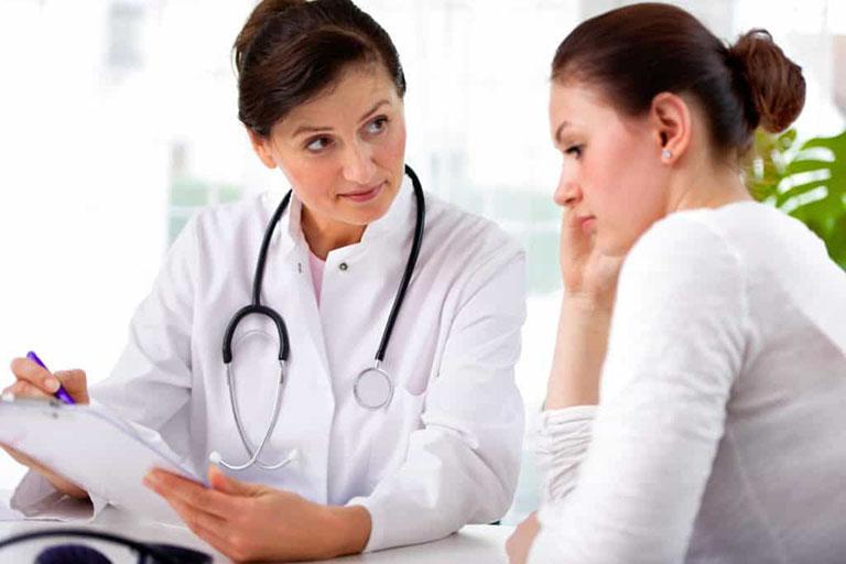 Để đảm bảo sức khỏe, khi nhiễm nấm Candida chị em nên đến gặp bác sĩ để nhận được tư vấn