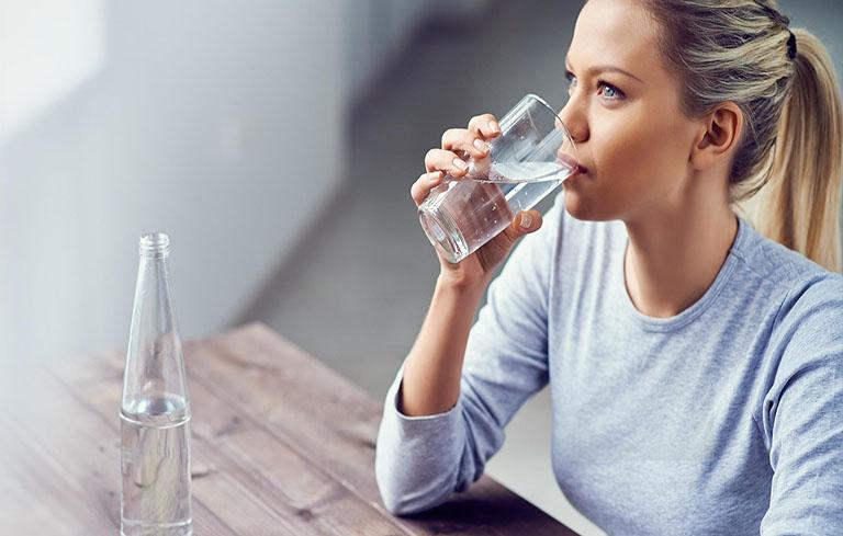Uống đủ nước giúp da khỏe mạnh