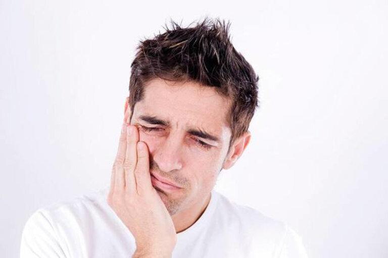 Đau ở trong và xung quanh tai, đau một bên hoặc cả hai bên là một trong những biểu hiện thường gặp của viêm khớp thái dương hàm.