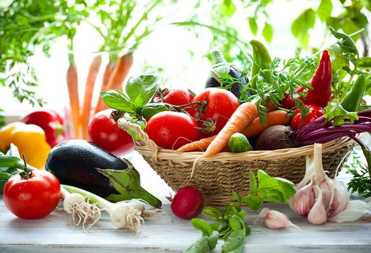 Chế độ ăn uống nhiều rau xanh và trái cây tươi giúp bổ sung vitamin, khoáng chất cho cơ thể