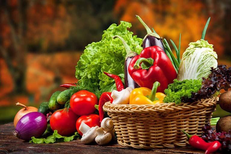 Bổ sung vào chế độ ăn uống các loại rau xanh và hoa quả tươi giúp nâng cao sức đề kháng cho cơ thể