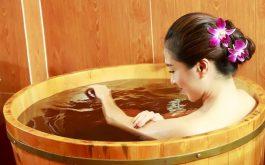 Tắm nước lá thảo dược chỉ giảm nhẹ các triệu chứng và hỗ trợ kiểm soát bệnh. Nó không mang lại hiệu quả điều trị bệnh tận gốc.