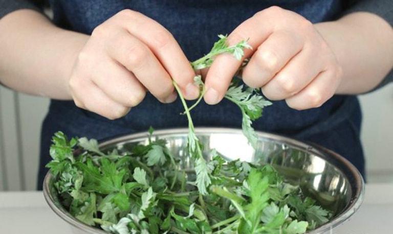 Sử dụng lá ngải cứu ngâm rửa vùng kín giảm khí hư có mùi hôi