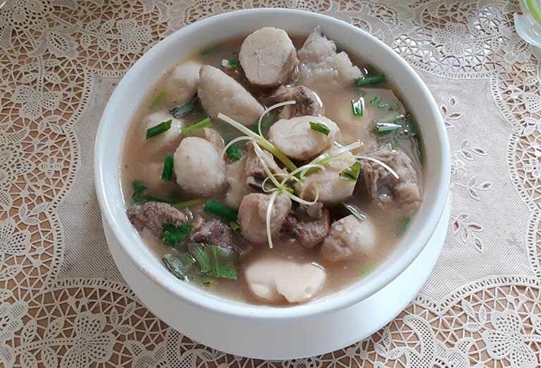 Canh khoai sọ nấu sườn lợn là món ăn người bị viêm khớp nên tăng cường sử dụng