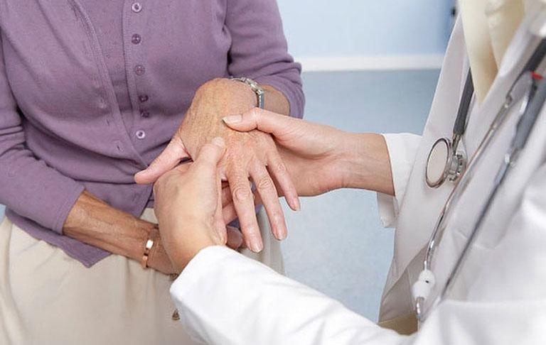 Tê bì chân tay diễn ra kéo dài thì bạn nên đến gặp bác sĩ tiến hành thăm khám và điều trị