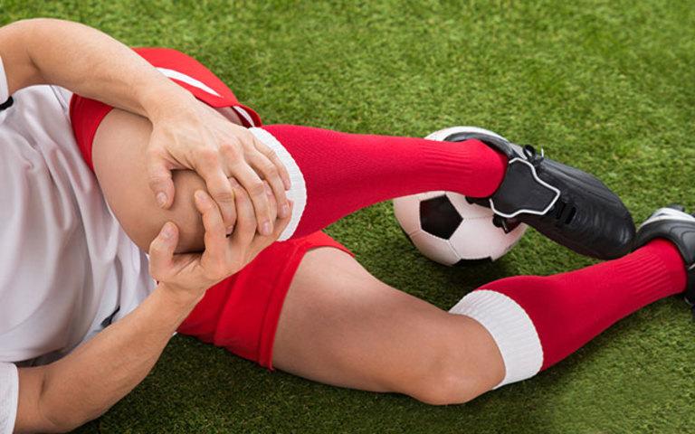 Bị chấn thương nhưng không được điều trị đúng cách là một trong những nguyên nhân phổ biến gây viêm bao hoạt dịch ở đầu gối