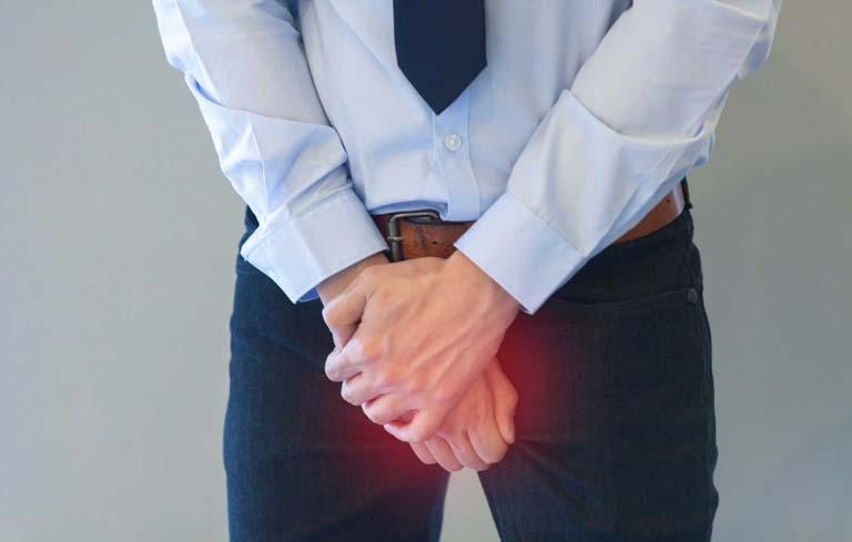 Chấn thương tinh hoàn nghiêm trọng là một nguyên nhân hiếm muộn