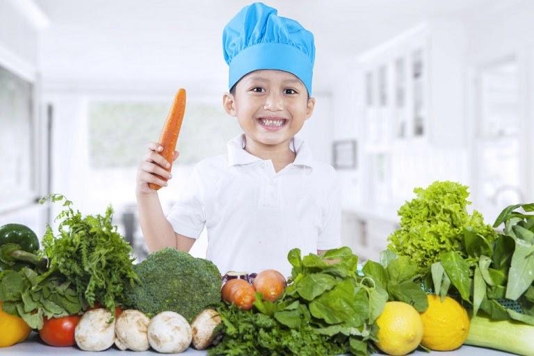 Mẹ nên đảm bảo chế độ ăn đủ dưỡng chất cho trẻ mỗi ngày
