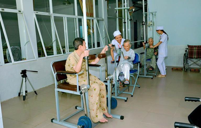 Người già có chế độ tập luyện, sinh hoạt phù hợp với sức khỏe