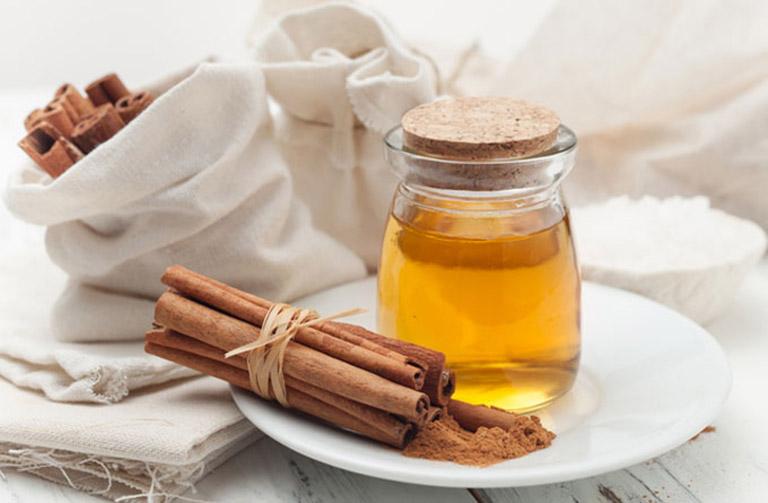 Chữa đau khớp háng sau khi ngủ dậy bằng cách uống mật ong và bột quế