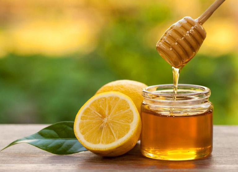 Uống hỗn hợp mật ong và nước cốt chanh hỗ trợ điều trị viêm da cơ địa