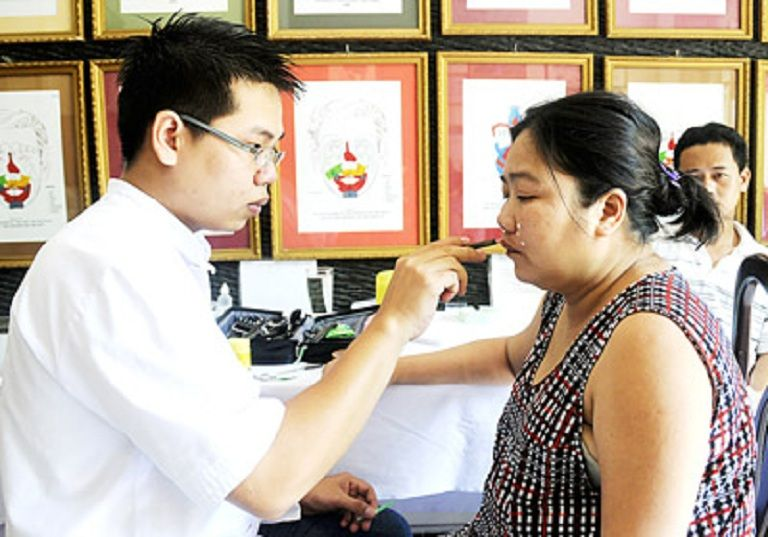 Chữa viêm đại tràng bằng diện chẩn cần được thực hiện bởi bác sĩ có chuyên môn