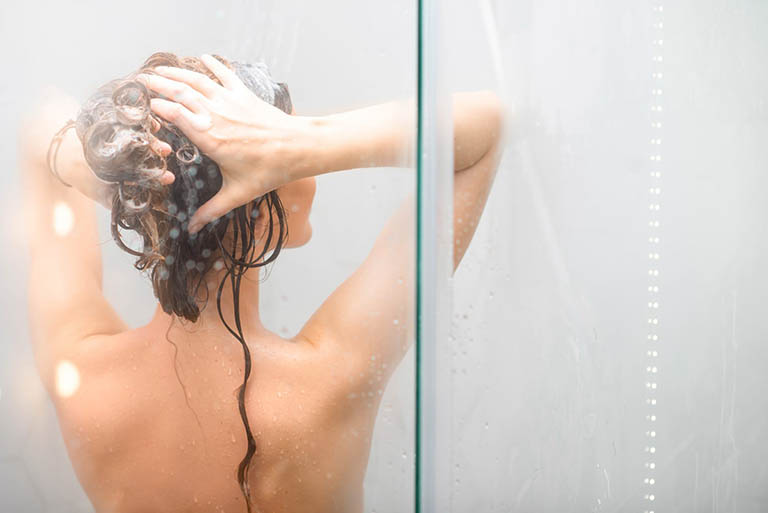 Tránh tắm nước nóng giúp khắc phục da khô