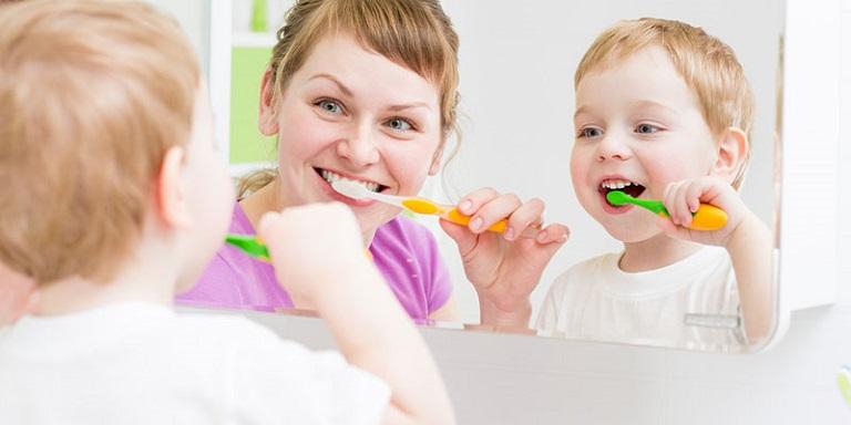 Vệ sinh răng miệng đúng cách để bảo vệ răng của trẻ