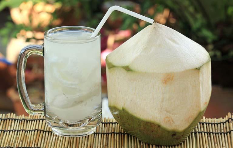 Đau bụng kinh uống nước dừa có tốt không là điều nhiều chị em lo lắng