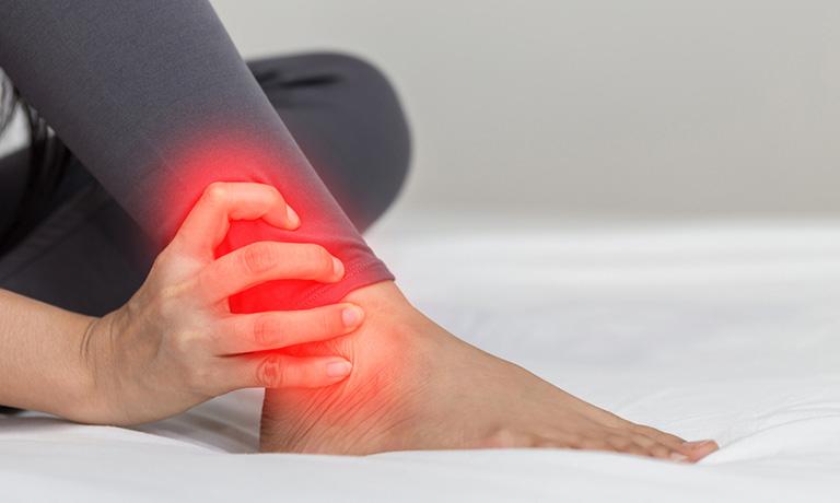 Đau khớp cổ chân sau khi ngủ dậy có thể là dấu hiệu của một số bệnh lý về xương khớp
