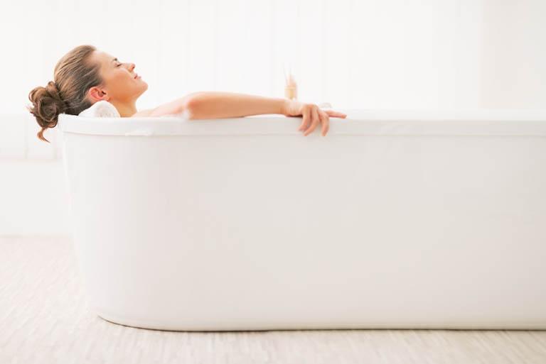 Chườm nóng và tắm nước ấm