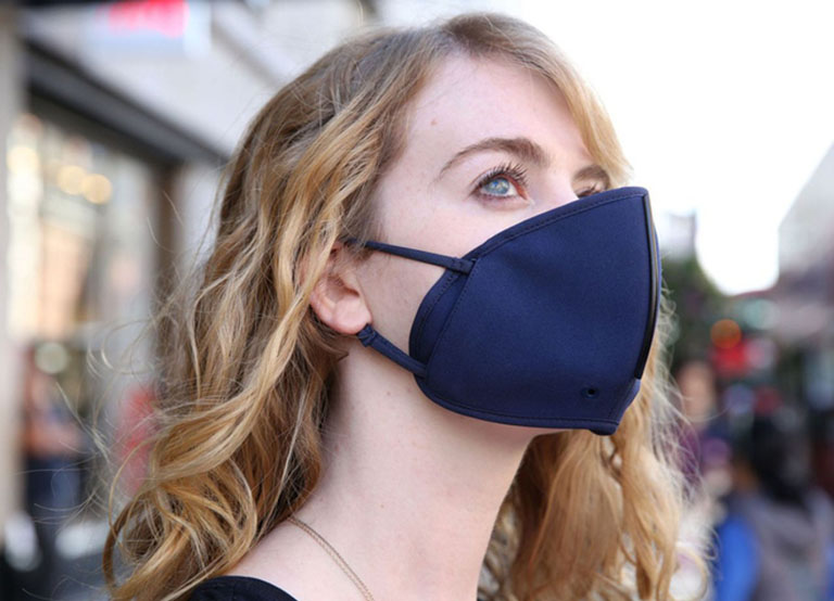 Đeo khẩu trang khi ra ngoài giúp phòng ngừa bệnh viêm mũi xuất tiết
