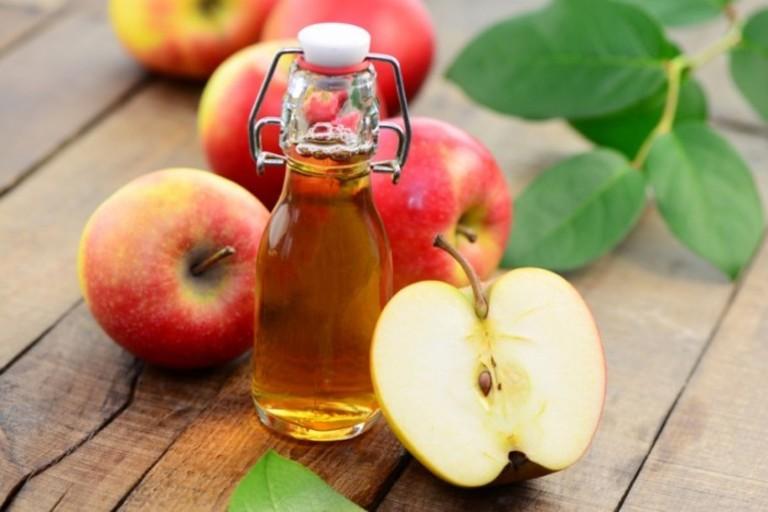 Giấm táo không chỉ chữa bệnh ngoài da. Nó còn se khít lỗ chân lông ở mặt khi kết hợp cùng mật ong và chanh.