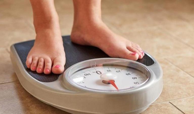 Duy trì cân nặng hợp lý giúp phòng tránh tình trạng đau khớp háng sau khi ngủ dậy