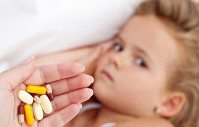 Thuốc Tây y có nhiều hạn chế, cha mẹ cần thận trọng khi sử dụng cho con