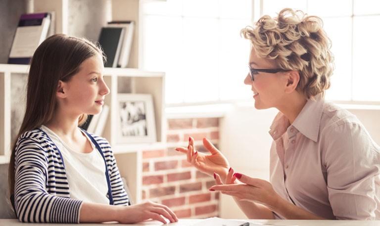 Khi nhận thấy bất kỳ dấu hiệu huyết trắng bất thường nào, các bạn nữ nên nhanh chóng đến gặp bác sĩ để được tư vấn