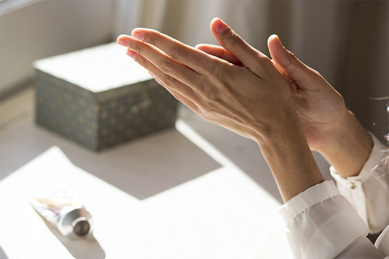 Kết hợp tẩy tế bào chết toàn thân mỗi tuần 1 - 2 lần để tăng công dụng của kem bôi trị viêm nang lông Zaraporo Rohto