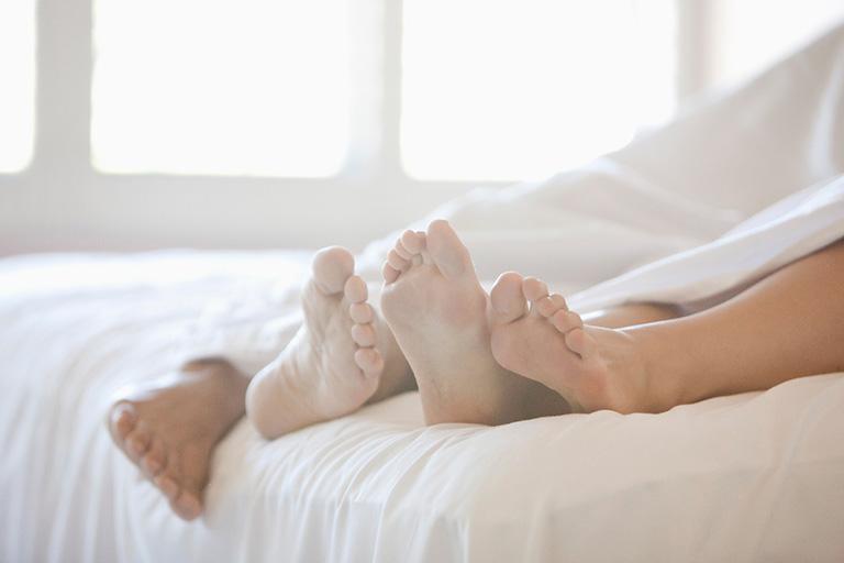 Khí hư ra nhiều không nên quan hệ tình dục thường xuyên để tranh tổn thương, viêm nặng hơn