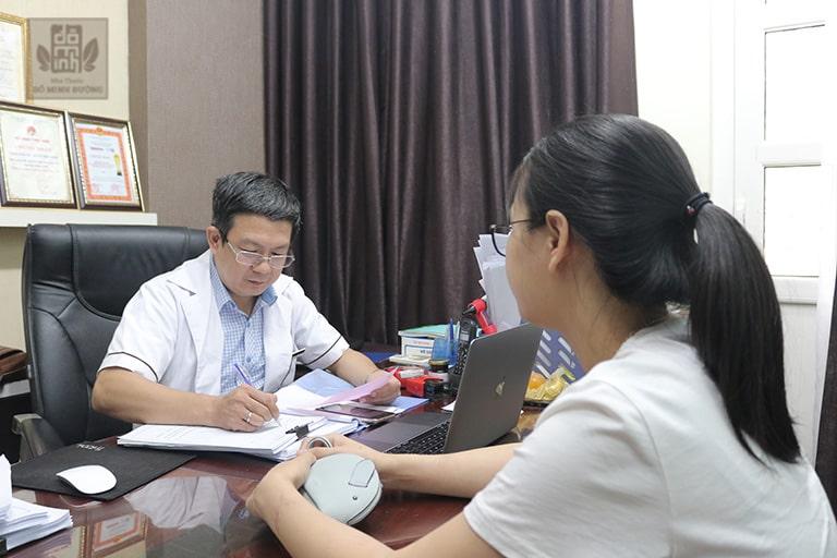 Lương y Tuấn đưa ra phác đồ điều trị phù hợp cho người bệnh