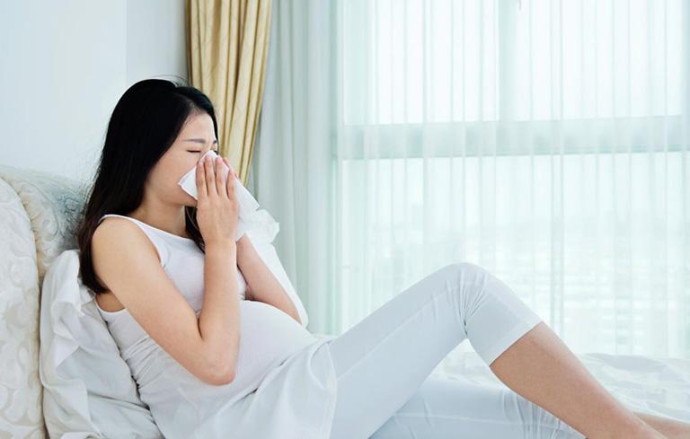 Bà bầu thường bị ngạt mũi do nội tiết tố thay đổi