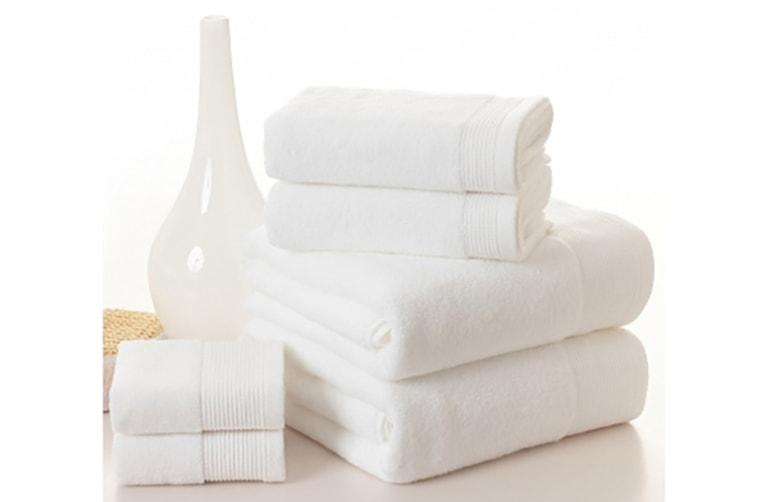 Dùng khăn bông lau khô vùng kín là lưu ý quan trọng sau khi ngâm rửa