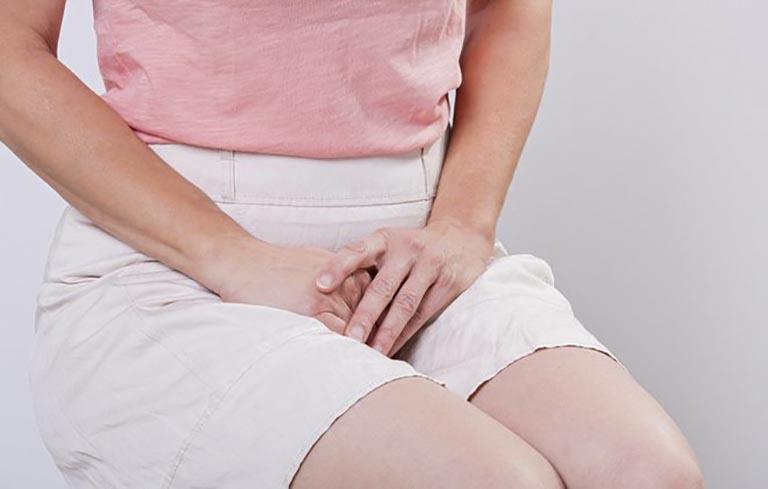 Nếu nguyên nhân do bệnh lý thì người bệnh sẽ gặp hiện tượng ngứa vùng kín