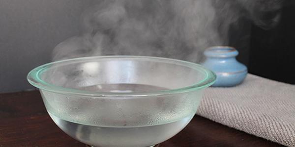 Ngâm áp-xe trong nước ấm là cách để lẫn lưu áp-xe một cách tự nhiên