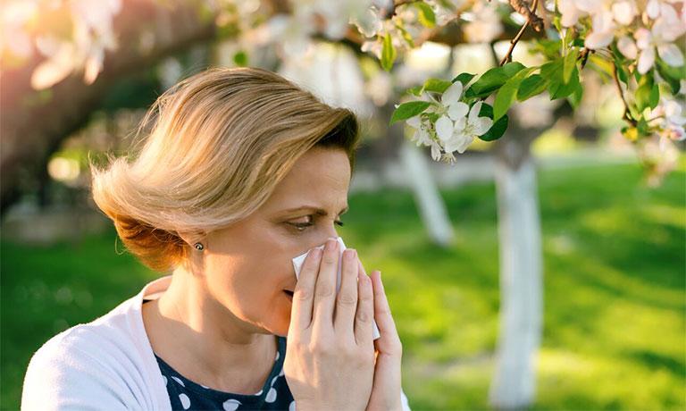 điều trị ngứa mũi hắt xì liên tục