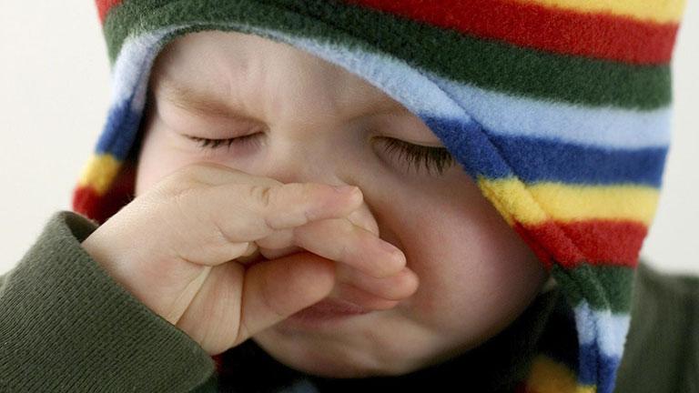 ngứa mũi hắt xì liên tục