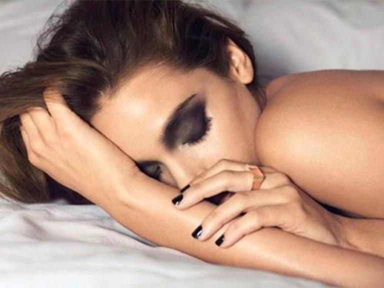Lười tẩy trang hoặc thậm chí là để lớp trang điểm qua đêm không những khiến da dễ bị mụn mà còn khiến lỗ chân lông to ra.