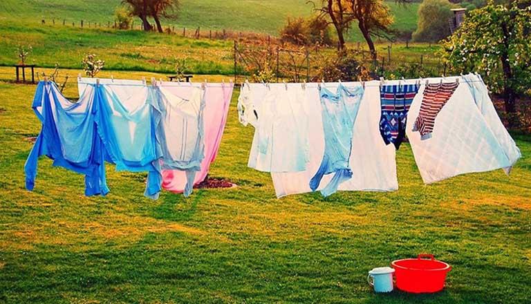 Phơi quần áo, chăn mền dưới trời nắng to giúp loại bỏ các tác nhân gây hại còn tồn tại