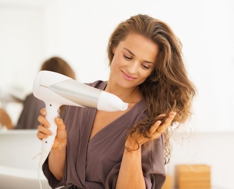 Chú ý không để tóc ẩm ướt cũng là một cách phòng và chống lây lan nấm da đầu.