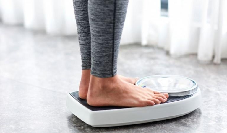Vấn đề cân nặng khá quan trọng đối với bệnh vôi hóa cột sống cũng như các bệnh lý khác về xương khớp. Do đó, kiểm soát cân nặng là một trong những cách hiệu quả phòng và cải thiện bệnh.