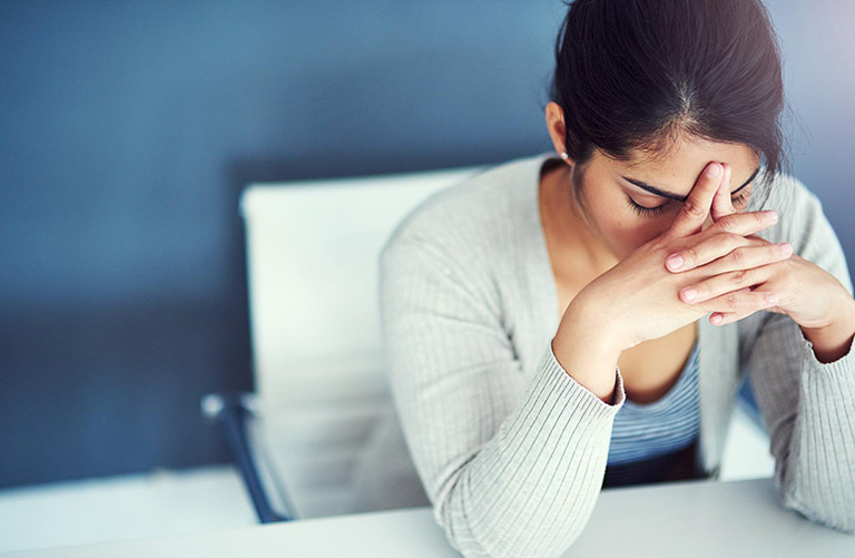 Mệt mỏi khó chịu do hiện tượng ra khí hư màu nâu bất thường trước chu kỳ