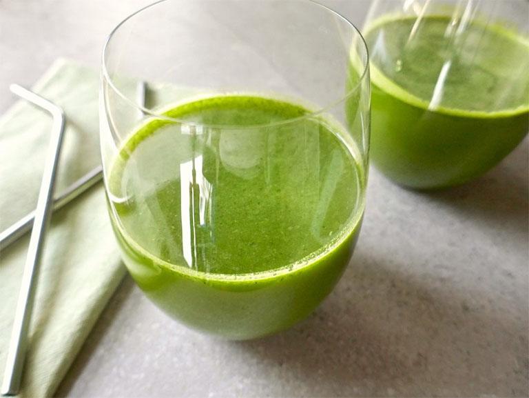 Mỗi ngày dùng một ly nước rau ngổ để cải thiện các triệu chứng của bệnh viêm khớp