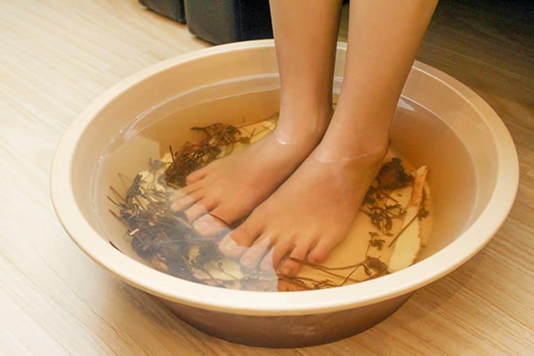 Dùng lá lốt ngâm rửa da mỗi ngày hoặc xông hơi có thể chữa được á sừng.