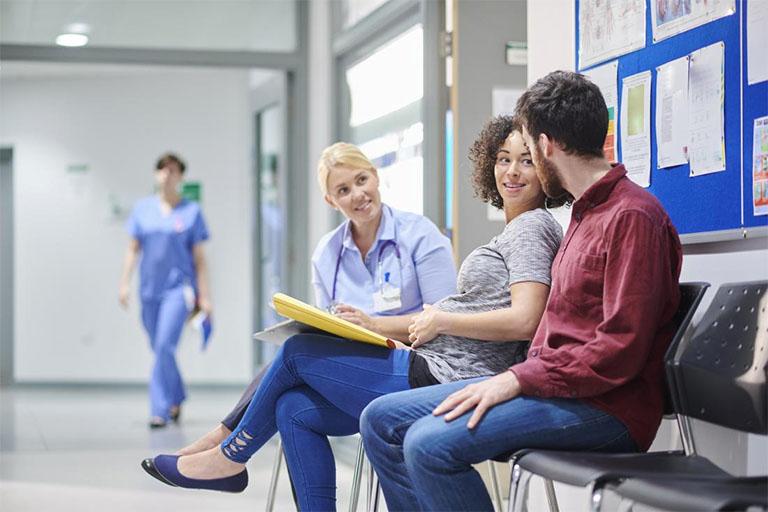 Tiến hành thăm khám để được các bác sĩ tư vấn về phương pháp và một số biện pháp chăm sóc sức khỏe khi bị sa búi trĩ trong thời gian mang thai